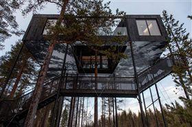 旅行紓壓,位在瑞典北部哈拉斯森林裡的「樹屋旅館」,旅館主人找來建築師,設計出7款造型不同的樹屋,高高懸在離地3公尺高的樹林間,房客想睡覺時,還要用爬的爬進屋內。(圖/翻攝自treehotel臉書)