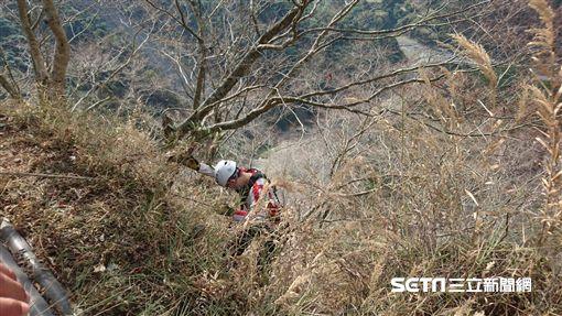 玉山父子斷崖女遊客墜百米山谷/翻攝畫面