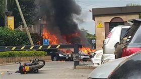 肯亞首都奈洛比一處有豪華飯店和辦公室的區域今天傳出爆炸聲,一位在毗鄰建築工作的女子表示,她也聽到槍聲。電視播出的畫面顯示,那個區域冒出黑煙。(圖/翻攝自@ErastusPunk推特)