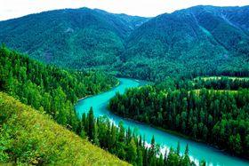 ▲喀納斯湖景區碧綠的灣流與翠綠山林,交織出最美的夏季風情。(圖/ shutterstock.com)