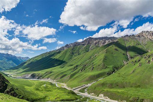 ▲喜鴻假期限定北疆行程,特別安排搭吉普車到獨庫公路兜風。(圖/喜鴻假期)
