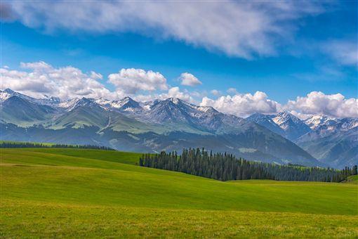 ▲喀拉峻大草原彷彿是上帝鋪上的綠色地毯(圖/喜鴻假期)