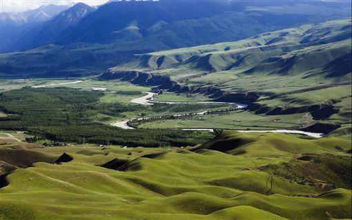 ▲線條優美的綠色波浪,就在闊克蘇大峽谷。(圖/喜鴻假期)
