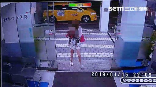 台南17歲薛姓小媽媽拿不求人打死自己女兒送醫畫面(翻攝畫面)