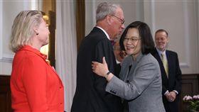 總統擁抱薄瑞光總統蔡英文(前右)30日在總統府接見美國外交政策全國委員會訪問團,與前美國在台協會主席薄瑞光(Raymond Burghardt)(左2)擁抱致意。中央社記者鄭傑文攝 107年11月30日