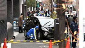 日本東京新宿鬧區今(16)日下午有一名79歲男性開車衝上人行道,造成7人受傷。已知其中有3人重傷。(圖/翻攝自朝日新聞)