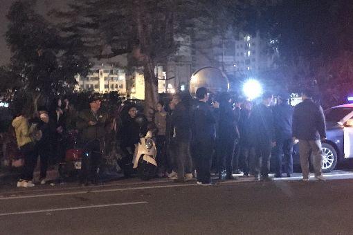 台南虐童案 南檢外民眾聚集關注台南市傳出女童疑似遭虐致死案,許多民眾16日深夜聚集在台南地檢署外關注案情發展及涉案人動向。中央社記者張榮祥攝 108年1月16日 ID-1739431