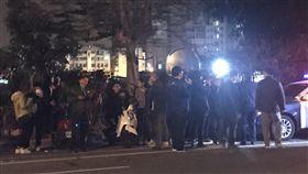台南虐童案 南檢外民眾聚集關注台南市傳出女童疑似遭虐致死案,許多民眾16日深夜聚集在台南地檢署外關注案情發展及涉案人動向。中央社記者張榮祥攝 108年1月16日