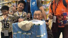 基金會關懷獨居老人陪辦年貨。(圖/弘道老人福利基金會提供)
