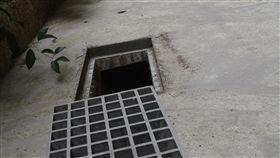 板橋分屍案 警翻找水溝尋覓部分臟器警方持續偵辦板橋分屍命案,30日在水溝內尋獲被害女子的大腿殘肢,警方持續在花圃周邊搜索,也將方格網狀水溝蓋逐一翻起檢視,尋找部分遺漏的臟器。中央社記者黃旭昇新北市攝 107年5月30日