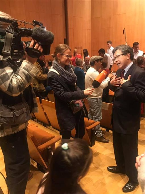 謝志偉接受德國媒體採訪 圖/翻攝自謝志偉臉書
