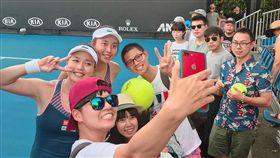 詹詠然(右)、詹皓晴姊妹取勝利後與球迷們快樂合拍。(圖/劉雪貞提供)
