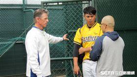 ▲中信兄弟總教練Scott Budner(伯納)在牛棚區與蔡齊哲談話。(圖/記者蕭保祥攝影)