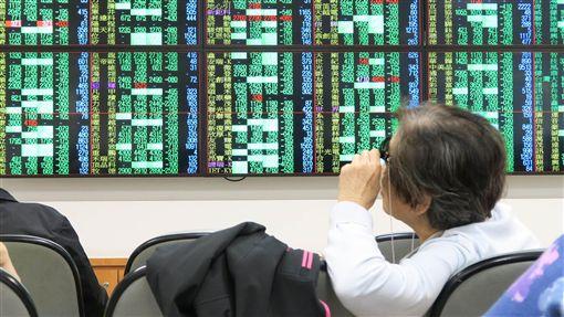 台股開盤大跌194.79點受到美國道瓊工業指數暴跌逾830點影響,日、韓股市開盤同步重挫,台北股市11日開盤大跌194.79點,加權股價指數為10272.04點,成交金額新台幣52.54億元。中央社記者謝佳璋攝  107年10月11日