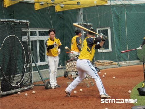 ▲中信兄弟外野手詹子賢(左)與黃稚峰拋打練習。(圖/記者蕭保祥攝影)