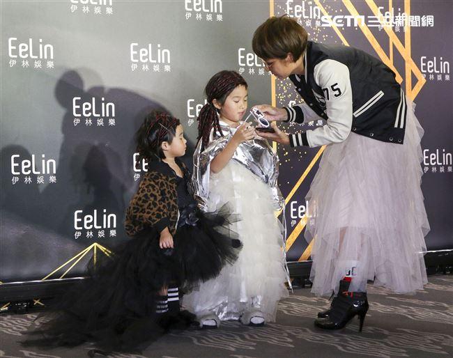 伊林娛樂時尚尾牙派對,藝人萌媽幫萌萌與咩咩整理道具。(記者林士傑/攝影)