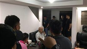 前台南縣議長吳健保在菲落網 等候遣送菲律賓警方與移民局幹員16日在蘇比克灣一座別墅內逮捕吳健保(打電話者)。吳健保見到菲國執法人員,相當錯愕。(菲國警方提供)中央社記者林行健馬尼拉傳真 108年1月17日