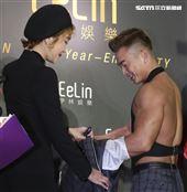 伊林娛樂時尚尾牙派對,藝人蔡淑臻幫李沛旭脫衣秀肌肉。(記者林士傑/攝影)
