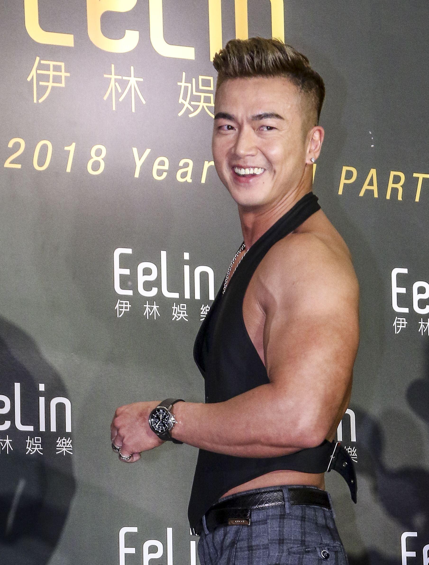 伊林娛樂時尚尾牙派對,藝人李沛旭秀出大肌肌。(記者林士傑/攝影)