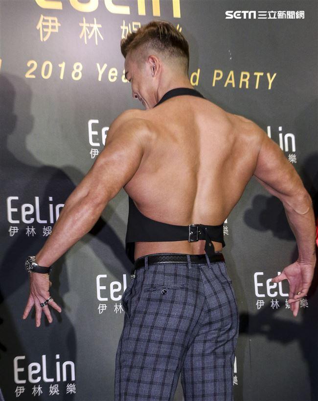 伊林娛樂時尚尾牙派對,藝人李沛旭秀出結實大肌肌。(記者林士傑/攝影)