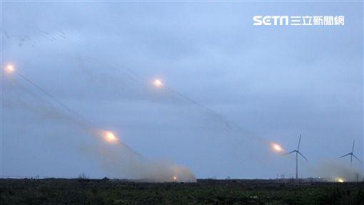 雷霆2000火箭砲實施火箭射擊。(記者邱榮吉/台中拍攝)