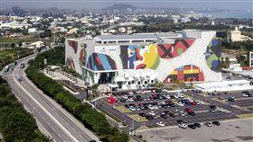 金氏世界紀錄認證最大馬賽克壁畫在花蓮(1)台開花蓮新天堂樂園以綠色有機體概念設計,外牆結合南島文化傳統建材馬賽克新創圖騰壁畫,面積達9009.25平方公尺,馬賽克總片數174萬1832片,面積約2.5個足球場大小,是獲金氏世界紀錄認證的最大瓷磚壁畫。(台開集團提供)中央社記者盧太城花蓮傳真 108年1月17日