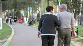 公園、老人、散步(圖/Pixabay)