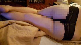 真的是照「騙」啊!一名網友日前拍下一張「床照」,可看到主角穿了一件黑色蕾絲內褲,露出性感臀部,但往上一看,其實主角是一名漢子,他因為和老婆老賭輸了,只好乖乖穿上老婆的內褲睡覺。不少網友看到後都傻眼,哀怨地說「本來要求上車的…」(圖/翻攝自《廢版南韓公社》)