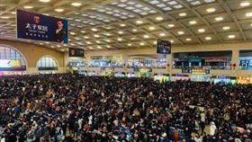 地球表面最大規模人口移動的中國春運21日啟動,至3月1日結束,共40天、預計運送旅客29.9億人次;前期因務工流、學生流、探親流等疊加,將呈現先緊後鬆運送趨勢。(圖/翻攝自長江新聞微博)