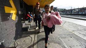一支試圖北上抵達美國的中美洲新移民大軍,今天越過瓜地馬拉,約有200人成為本次第一批順利進入墨西哥南部的移民。(圖/翻攝自@NEWSFLASH911推特)