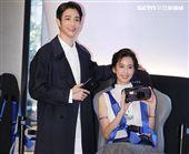 劉以豪、陳庭妮PK人氣手遊VR驚魂記。(記者邱榮吉/攝影)