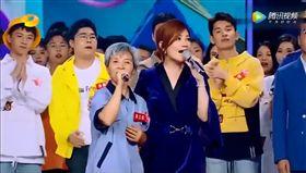中國大陸最近有一名清潔工阿姨暴紅,因為天籟金嗓登上中國歌唱節目舞台,唱歌感動眾人,連歌手梁靜茹都忍不住跟著一起合唱,以歌唱實力獲得掌聲,真可說是英國蘇珊大嬸的翻版!(圖/翻攝自騰訊視頻)