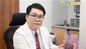 兒科診所院長曾俊睿醫師表示,新生兒體質較脆弱,更需爸媽用心呵護,幫助寶寶遠離誘發過敏、感染生病等危機。