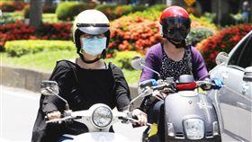 機車騎士、天氣熱、大熱天、晴天、太陽、天氣/中央社