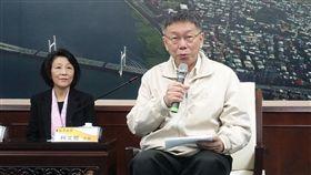 柯文哲:組政黨還在想 參選2020一切隨緣台北市長柯文哲(右)18日受訪時重申,組政黨這件事「還在想」;至於外界解讀組黨是參選2020的第一步,他說,「一切隨緣」。中央社記者梁珮綺攝 108年1月18日