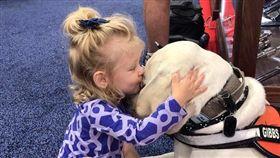 好暖!默默陪她20分鐘 女孩卸下心防深吻服務犬(圖/翻攝自Reddit@DeeToTheWee)