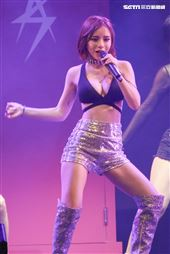 鹿希派&斯亞「Famous PIE」演唱會,唱跳甜心斯亞火辣開唱。(記者林士傑/攝影)