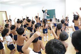 日本「裸體幼稚園」…宣稱回歸大自然 不分男女脫光上課!(圖/翻攝自第二ひかり幼稚園官網)
