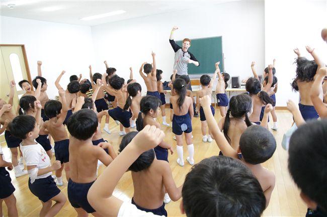 身上「幾根毛」全看光!稱回歸大自然…幼稚園竟推裸體教育