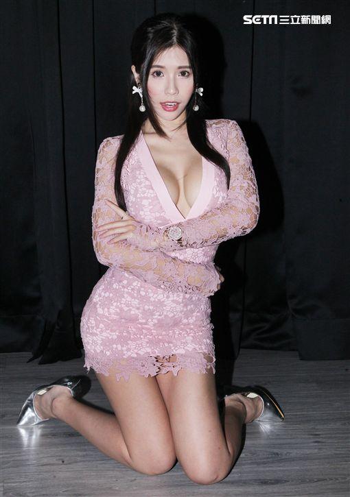 超級正妹甜心Q匠擁有32E、24、35的火辣身材,出版性感「極限上空」寫真書。(記者邱榮吉/攝影)
