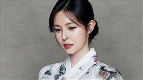 南韓JTBC電視台26歲美女主播趙秀愛,2018年11月底突然請辭,接著火速跟大她13歲的斗山集團會長長子朴瑞元步入禮堂。(IG)