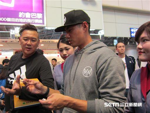 ▲陳偉殷在機場抽獎送帽T。(圖/記者蕭保祥攝影)