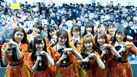 AKB48 TEAM TP一現身就吸引將近五百位鐵粉簇踴 。(圖/好言娛樂)
