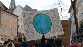 瑞士各地今天有上萬名學童和大學生罷課走上街頭,要求對氣候變遷採取行動。他們要告訴政治人物,「地球只有一個」。(圖/翻攝自@flowi00406670推特)