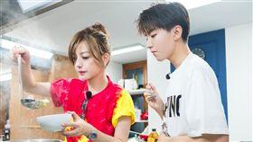 王俊凱在《中餐廳》裡與趙薇一同做菜。(圖/中天)