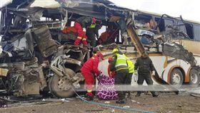 玻利維亞(Bolivia)Challapata郊區19日兩輛公共汽車對撞,造成22死37傷。(圖/達志影像/美聯社)
