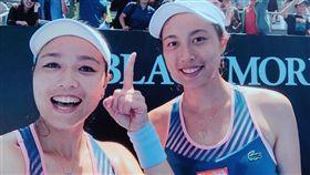 ▲詹詠然(左)與妹妹詹皓晴二度闖進澳網女雙8強。(圖/劉雪貞提供)