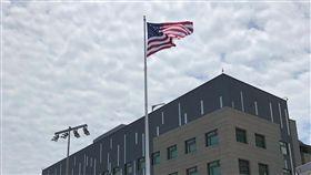 AIT新館落成  美國國旗飄揚(1)歷時9年、耗資約2.55億美元(約新台幣76億元)打造的美國在台協會內湖新館12日落成,美國國旗在旗桿上飄揚。中央社記者王飛華攝  107年6月12日