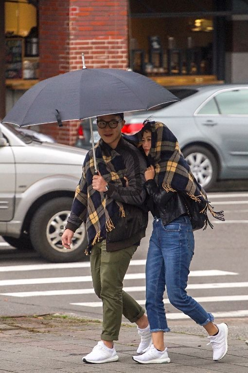 強烈大陸冷氣團南下 逐漸降溫(1)中央氣象局表示,20日白天鋒面通過,隨後強烈大陸冷氣團南下,天氣由北往南逐漸轉變,北台灣午後氣溫逐漸下降,其他地區白天高溫仍有攝氏23至26度,入夜後也會有轉涼感受。下午台北市區飄起細雨,氣溫開始下降,民眾披上圍巾保暖。中央社記者裴禛攝 108年1月20日
