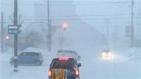 就差幾步路…日本暴雪阿伯凍死家門口 (圖/翻攝自twitter)